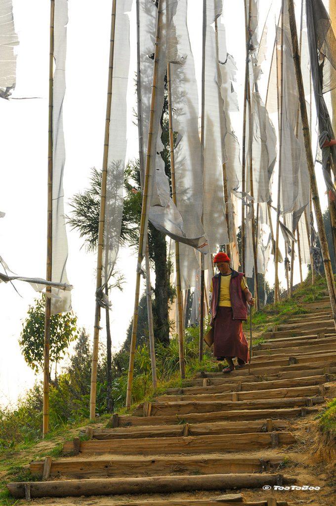Descente d'un moine sur les marches du monastère