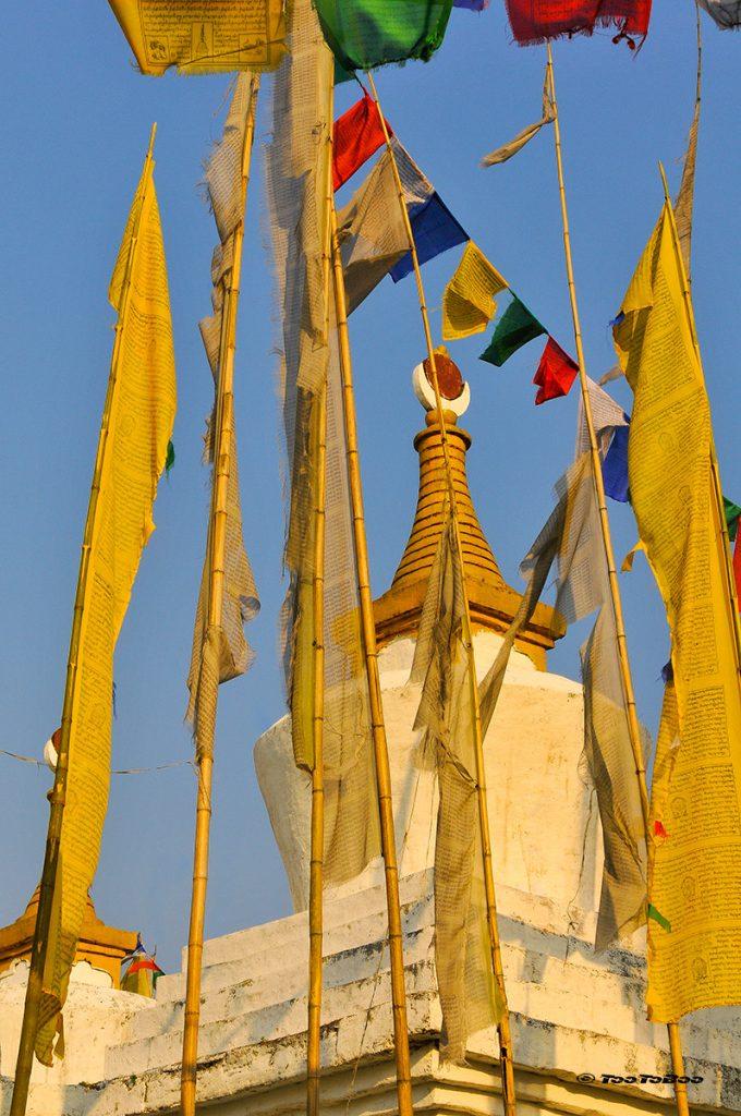Drapeaux et dome au monastère de Pemayangtse