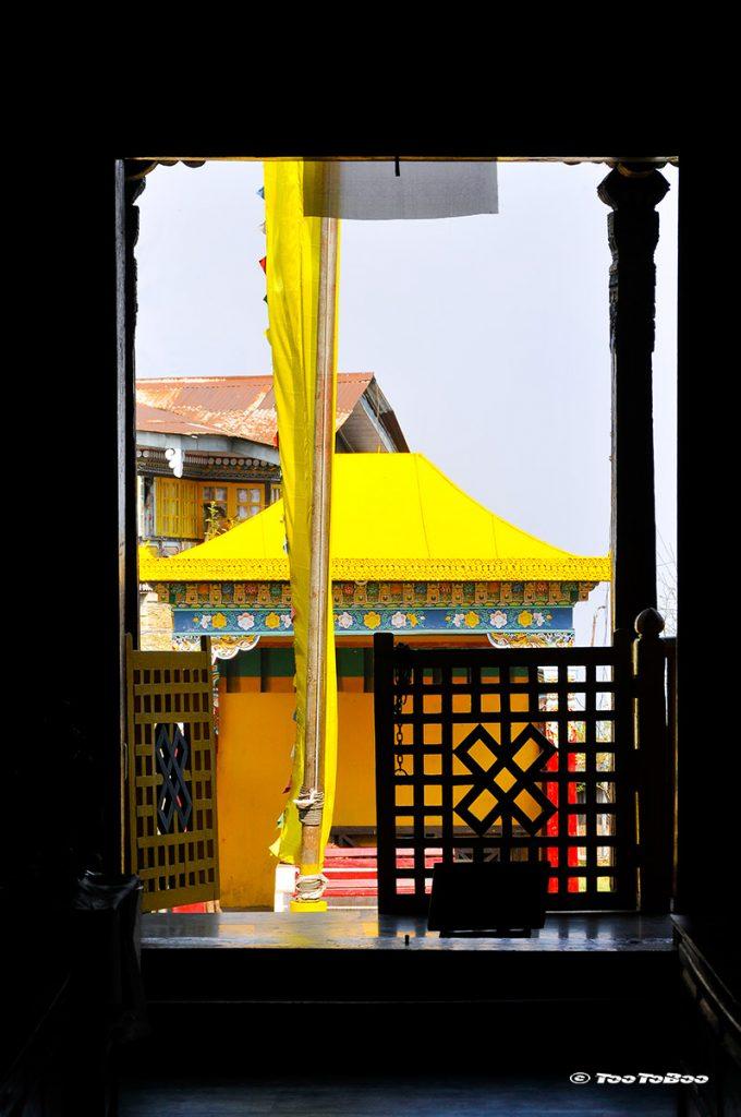 A la Sortie du monastère de Pemayangtse