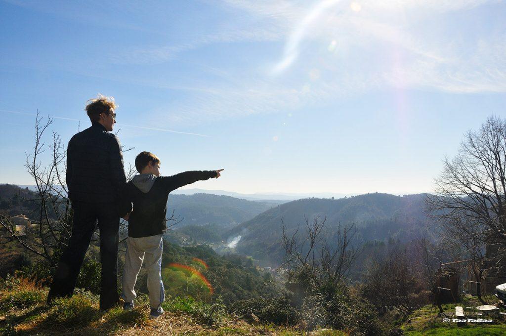 QJo et Tao devant la montagne des monts d'Ardèche