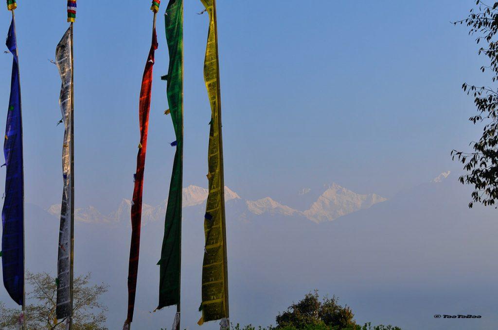 drapeaux de prière sur le fond de l'Hymalaya