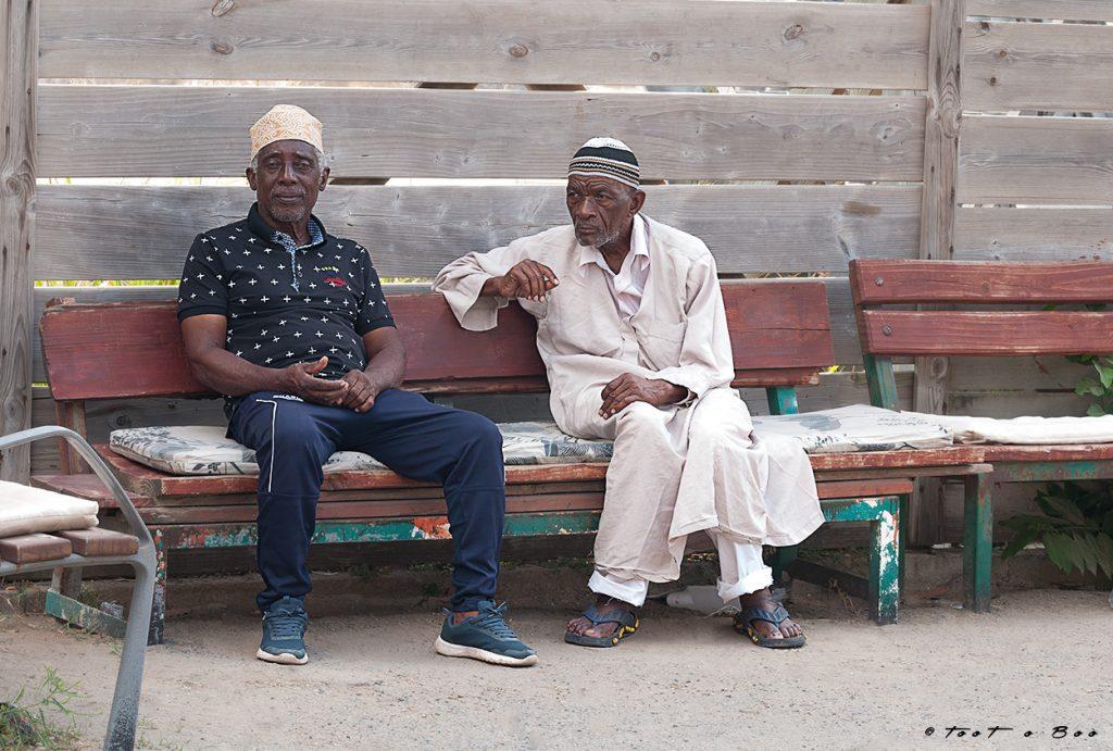 Vieux sur un banc après la sortie de la mosquée-Mayotte